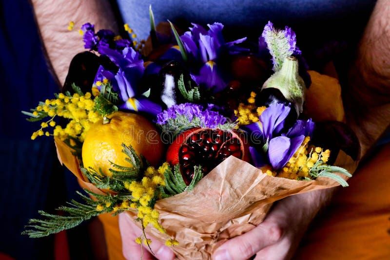 Der ursprüngliche ungewöhnliche essbare Blumenstrauß von Beeren, Früchte stockbild