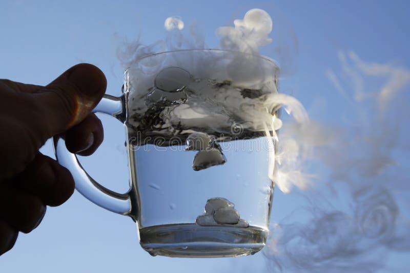 Der Ursprung des Sturms in einem Glas Wasser stockbilder