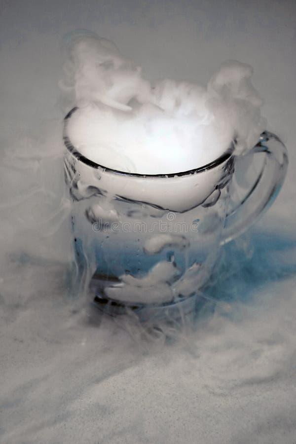 Der Ursprung des Sturms in einem Glas Wasser stockfotos