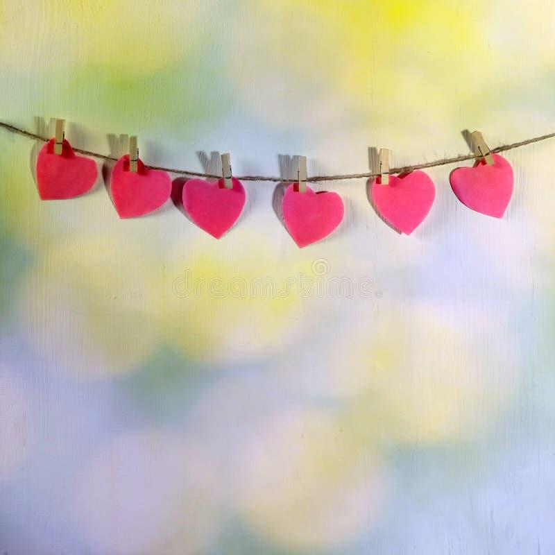 Der Valentinsgrußtag Die Herzen, die am Seil hängen stockfotos