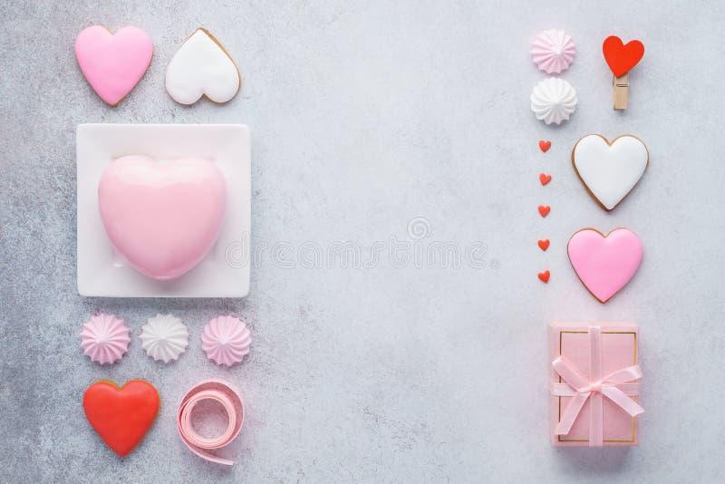 Der Valentinstagrahmen, der von der Geschenkbox gemacht wurde, Herz formte Festlichkeiten lizenzfreies stockfoto