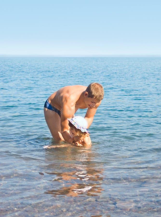 Der Vati badet die Tochter stockbilder