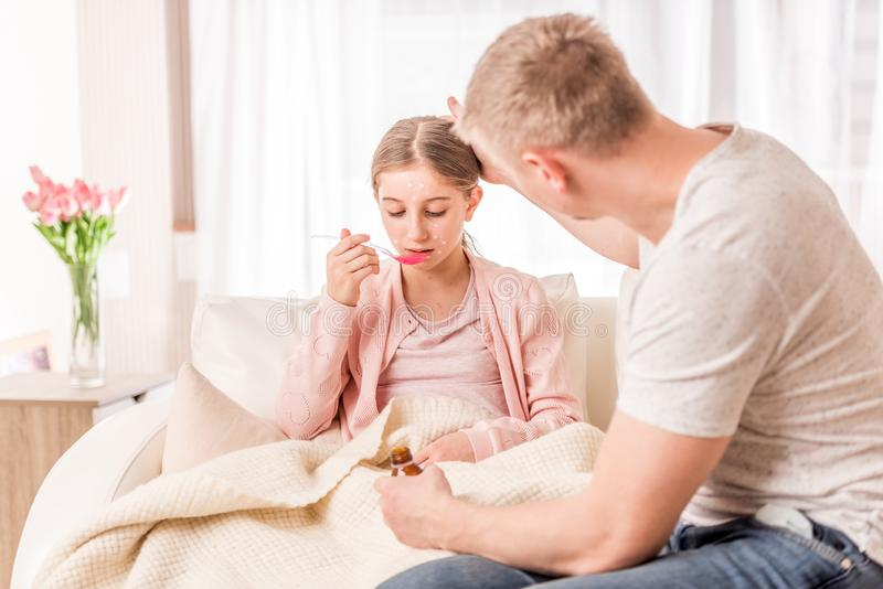 Der Vati, der seiner Tochter sich vergewissert, verbessert sich stockfotos