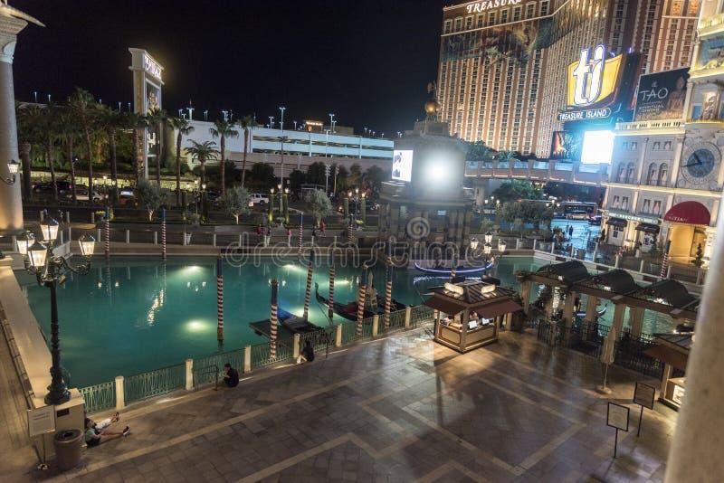 Der venetianische Gondelsee von der Rialto-Brücke nachts Las Vegas stockbilder