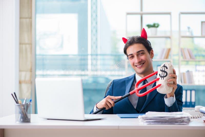 Der verärgerte Geschäftsmann des Teufels im Büro lizenzfreies stockbild
