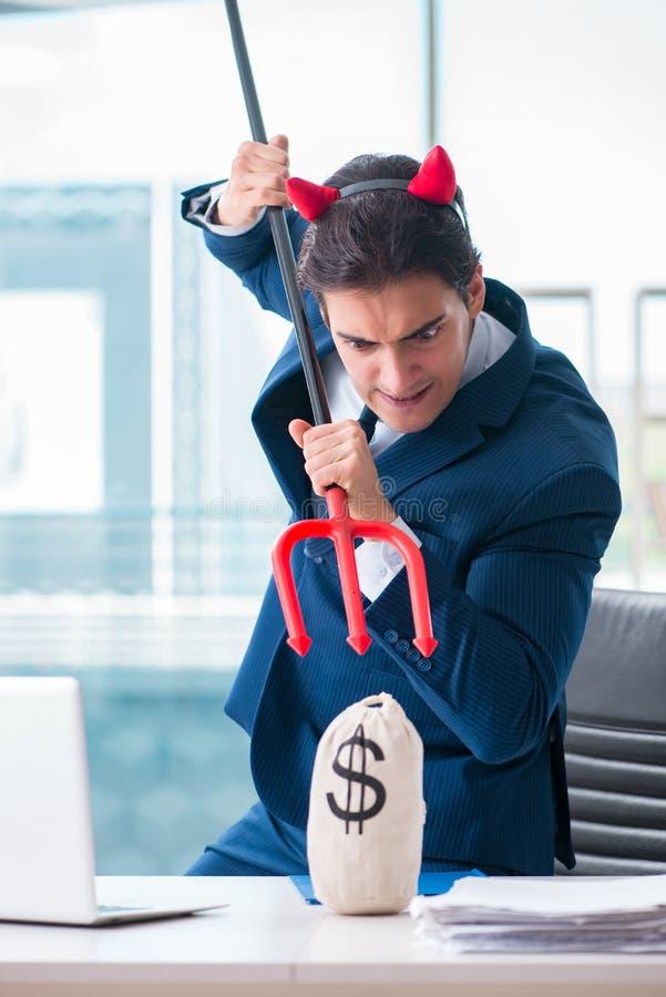 Der verärgerte Geschäftsmann des Teufels im Büro stockbild
