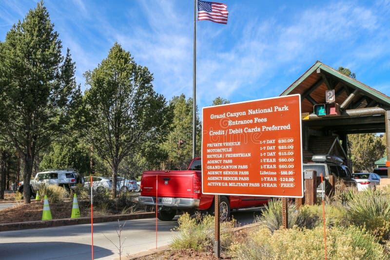 Der Verkehr, der in Nationalpark Süd-Rim Toll Booths Grand Canyon s ankommen und die Eintrittsgebühren unterzeichnen lizenzfreie stockbilder