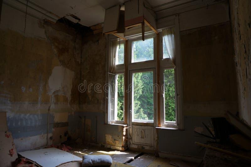Der verlassene Villenraum lizenzfreie stockbilder
