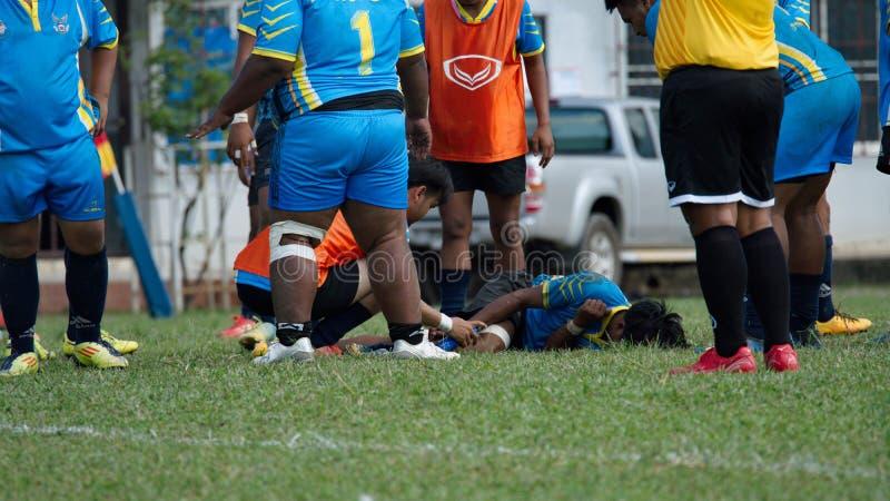 Der verletzte Spieler liegt auf dem Feld stockfotografie