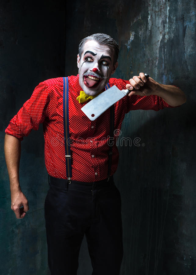 Der verrückte Clown, der ein Messer auf dack hält Ein grimmiger Minireaper, der eine Sense anhält, steht auf einem Kalendertag, d stockbild