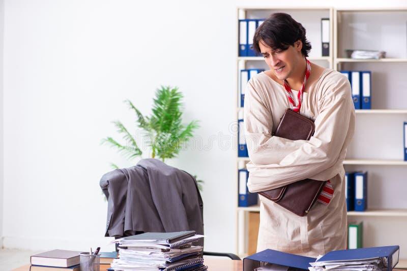 Der verr?ckte junge Mann in der Zwangsjacke im B?ro stockbilder
