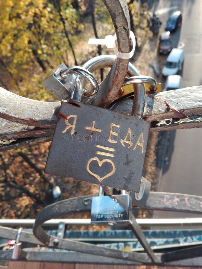 Der Verschluss auf der Liebesbrücke lizenzfreie stockbilder