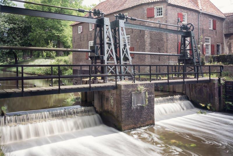 Der Verschluss im Fluss Eem gerade außerhalb der alten Stadt der Stadt von Amersfoort in den Niederlanden stockfotografie