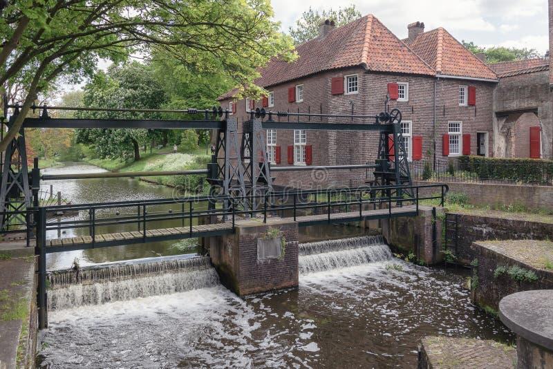 Der Verschluss im Fluss Eem gerade außerhalb der alten Stadt der Stadt von Amersfoort in den Niederlanden lizenzfreie stockbilder