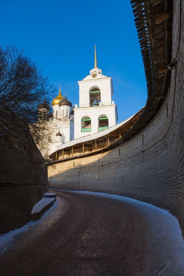 Der verstärkte Bereich und die Dreiheitskathedrale von Pskov der Kreml stockfoto