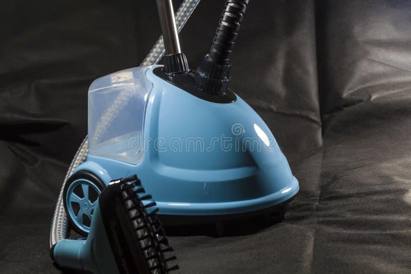 Der Vertrag, kleiner Staubsauger für das Haus der blauen Farbe reinigung ausrüstung Moderne Technologien Schwarzer Hintergrund stockbild