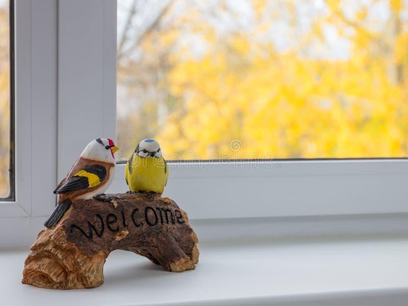 Der Vogel, der auf der Platte sitzt, sind willkommen lizenzfreies stockbild
