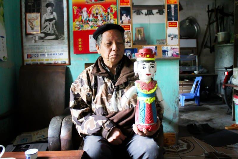 Der Volkskünstler des Thanh Hai-Wasser Puppetrysteuerhölzernen puppe lizenzfreie stockfotografie