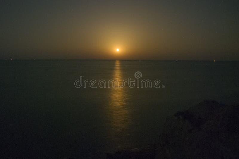 Der Vollmondaufstieg über dem Schwarzen Meer 2 lizenzfreies stockfoto