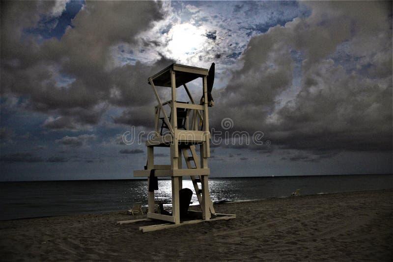 Der Vollmondglanz auf dem Strandleibwächter steht in einer ruhigen Nacht stockfoto
