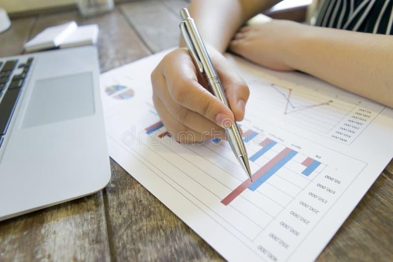 Der Vorsitzende der Firma revidiert z.Z. die Finanzberichte der Firma, um einen Plan zu erstellen, um sein Geschäft zu E zu erwei stockfoto