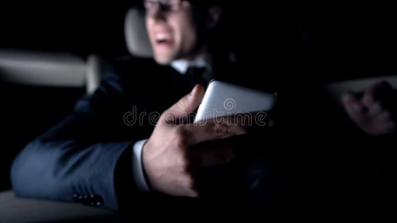 Der wütende Mann, der im Auto schreit, erhielt Mitteilung über ausfallen Vertrag, Arbeitsprobleme stockfotografie
