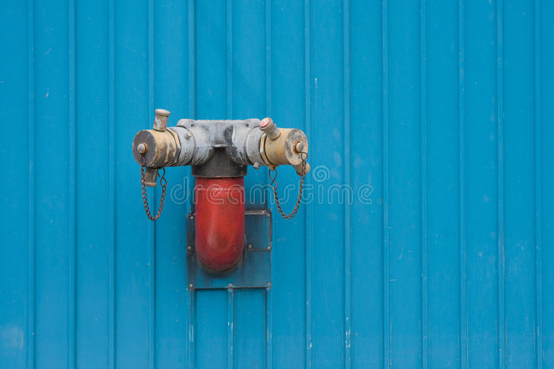 An der Wand befestigter Feuerhydrant stockbild