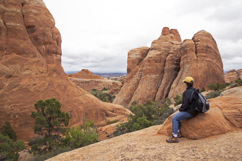 Der Wanderer, der auf einer Spur an den Teufeln stillsteht, arbeiten am Bogen-Nationalpark in Moab Utah im Garten stockfoto