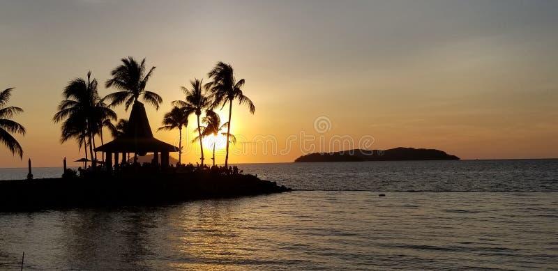 Der warme Sonnenuntergang, die romantische Menge der Küste, die Freizeitlandschaft lizenzfreie stockfotografie