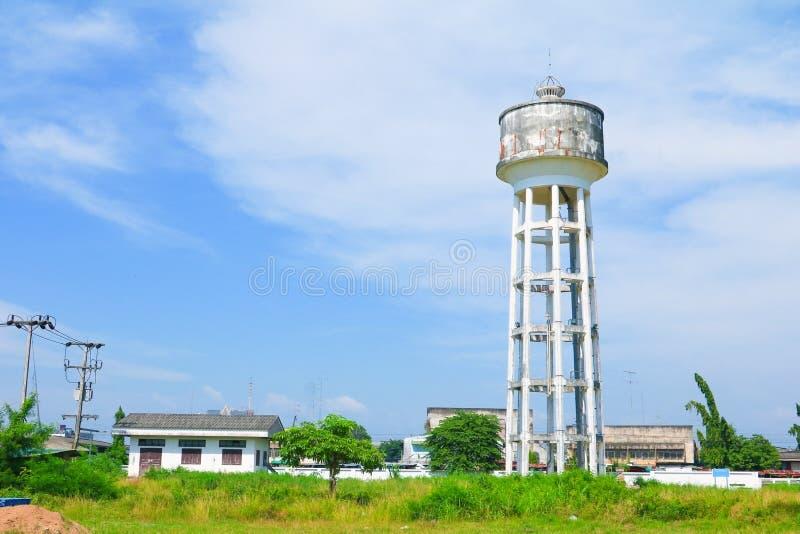 Der Wasserbehälterturm, der für Landwirtschafts- und Landschaftsstadtwiesenbaum auf Hintergrund des blauen Himmels mit Kopienraum stockfotos