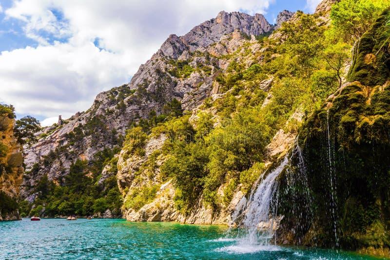 Der Wasserfall auf der Kalksteinwand lizenzfreie stockbilder