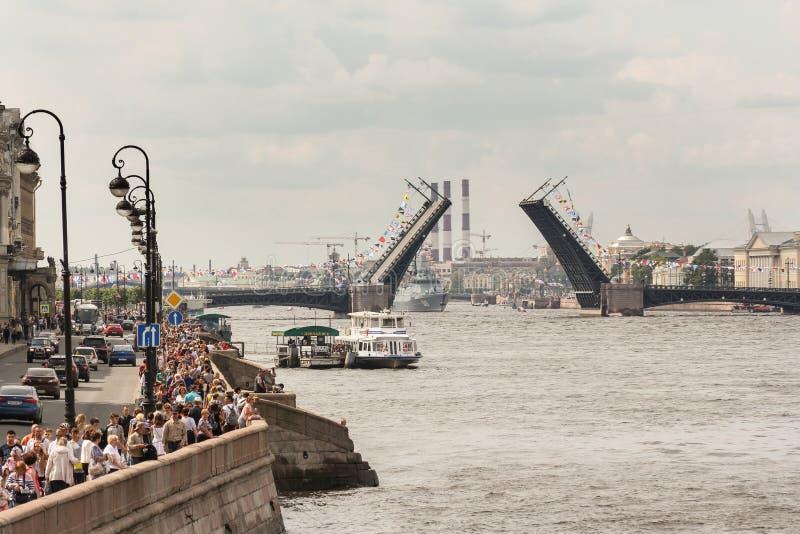 Der Wasserstand von †‹â€ ‹das Neva nahe der verdünnten Palast-Brücke lizenzfreies stockfoto