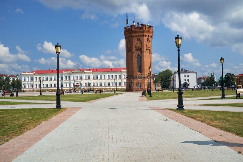 Der Wasserturm in der Mitte des roten Quadrats Tobolsk Russland lizenzfreie stockfotos