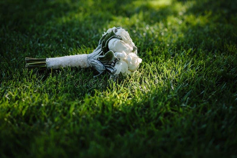 Der weiße Blumenstrauß einer Braut stockbild
