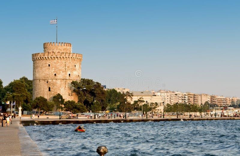 Der weiße Kontrollturm in Griechenland stockbild