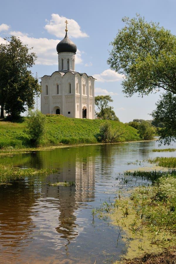 Der weiße Steinedelstein auf dem Nerl-Fluss- Fürbittekirche von V lizenzfreie stockfotografie