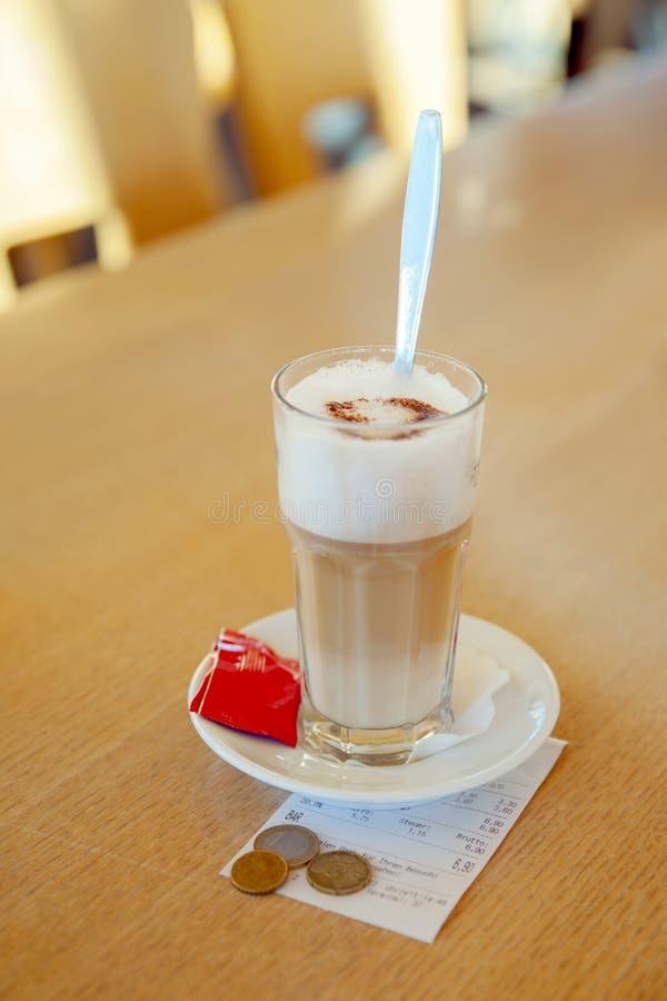 Der weiße Tasse Kaffee Latte an der Rechnung lizenzfreie stockfotografie