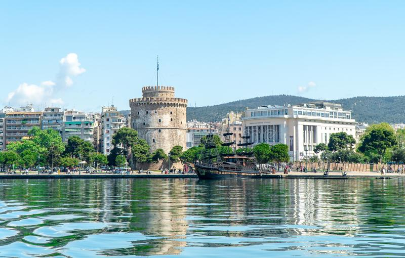 Der weiße Turm des Symbols und des Marksteins Saloniki-Stadt, schöner sonniger Tag nach langer Zeit des Regens und Wolken groß lizenzfreie stockfotografie