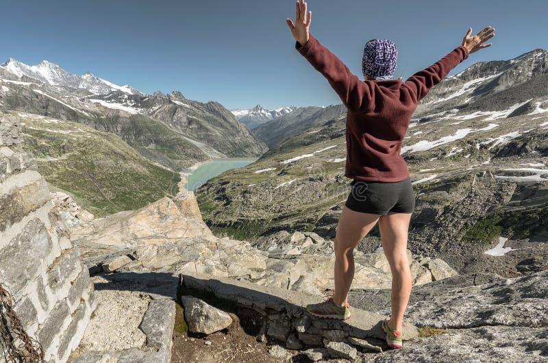Der weibliche Wanderer hob ihre Hände erfolgreichen Aufstieg zu zu feiernd an lizenzfreie stockbilder