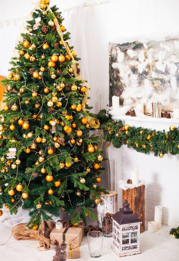Der Weihnachtsbaum und Innenraum, die im Weihnachten verziert werden, reden wi an stockfotografie