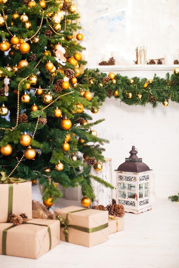 Der Weihnachtsbaum und Innenraum, die im Weihnachten verziert werden, reden wi an stockfoto