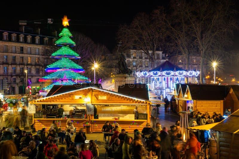 Der Weihnachtsmarkt in Bayonne in der Nacht, Frankreich stockbild