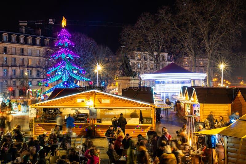 Der Weihnachtsmarkt in Bayonne in der Nacht, Frankreich lizenzfreie stockfotos