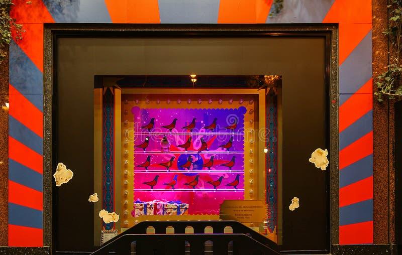 Der Weihnachtsschaukasten des Galeries Lafayette-Einkaufszentrums, Paris, Frankreich stockbild