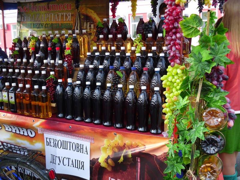 Der Wein wird abgefüllt lizenzfreie stockbilder