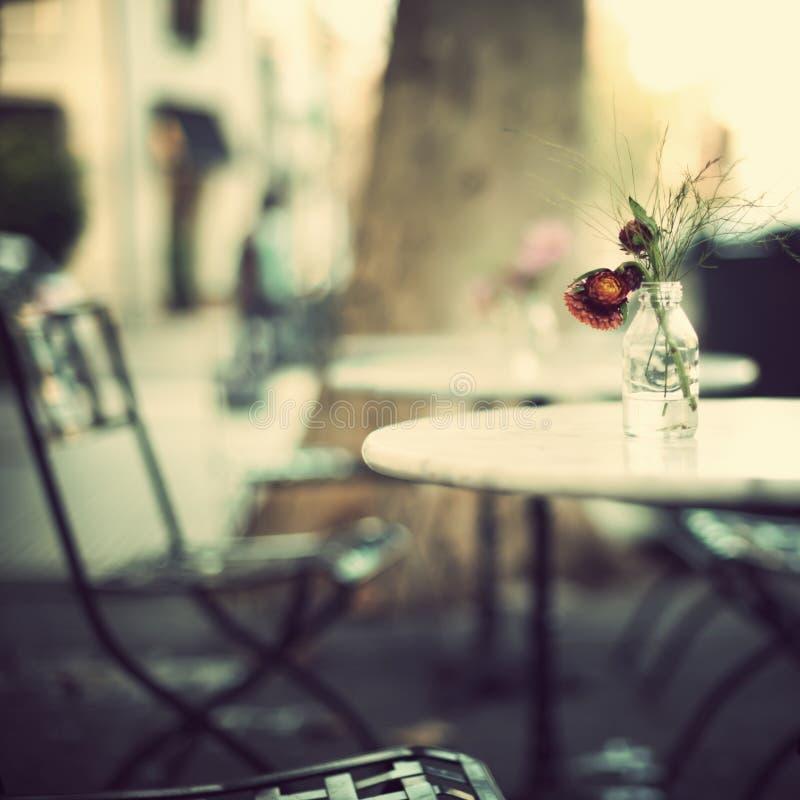 Der Weinlese Tabellen draußen stockfoto
