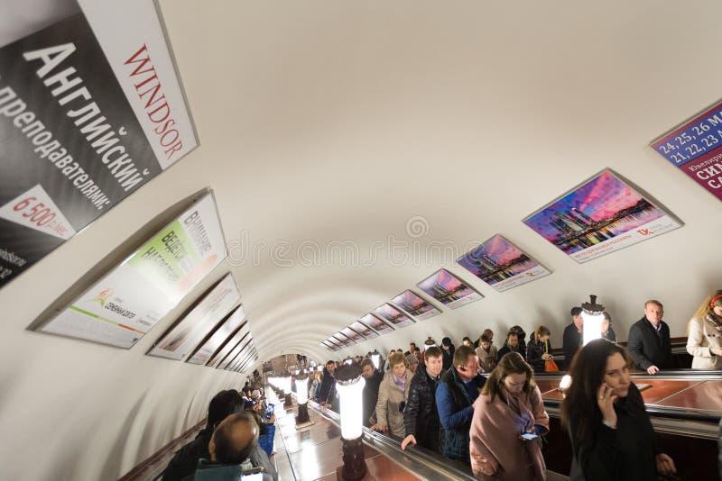 Der Weise Rolltreppentunnel unten stockbilder