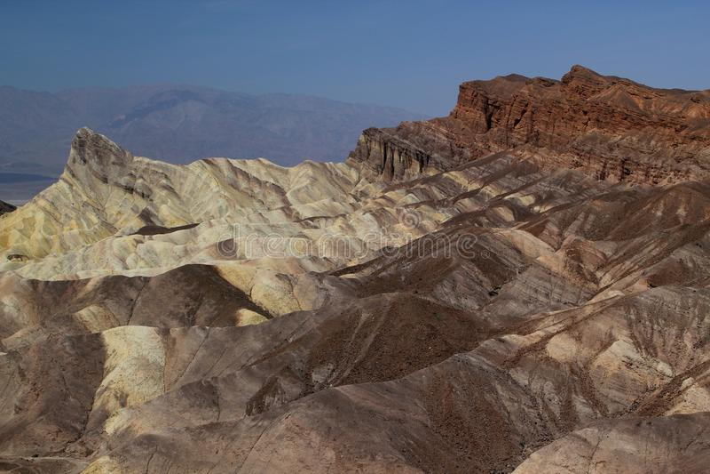 Der weltberühmte Zabriskie-Punkt in Nationalpark Death Valley/in Kalifornien, USA an einem heißen Sommertag - panoramischer Schus stockfoto