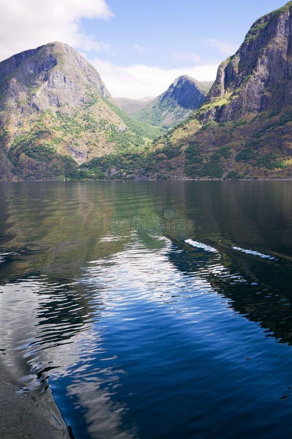 Der Wendepunkt von Himmel und Wasser im Aurlandsfjord in Norwegen stockfotografie