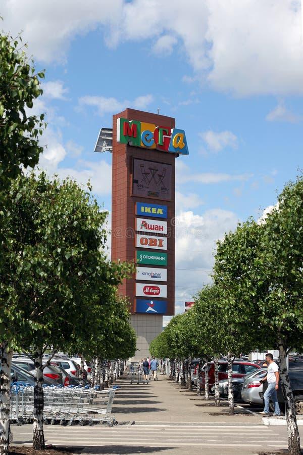 Der Werbungsturm in der IKEA-Handelsmitte in Khimki-Stadt stockfoto
